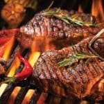 Gegrilde biefstuk op de barbecue met rozemarijn