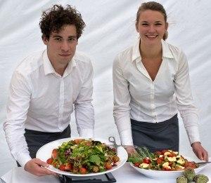 catering personeel met salades